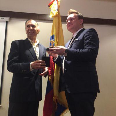 Entrega de obsequio por parte del presidente del CGA, señor General Héctor Fabio Velasco Chávez al Dr. Dominik Tarczynski.